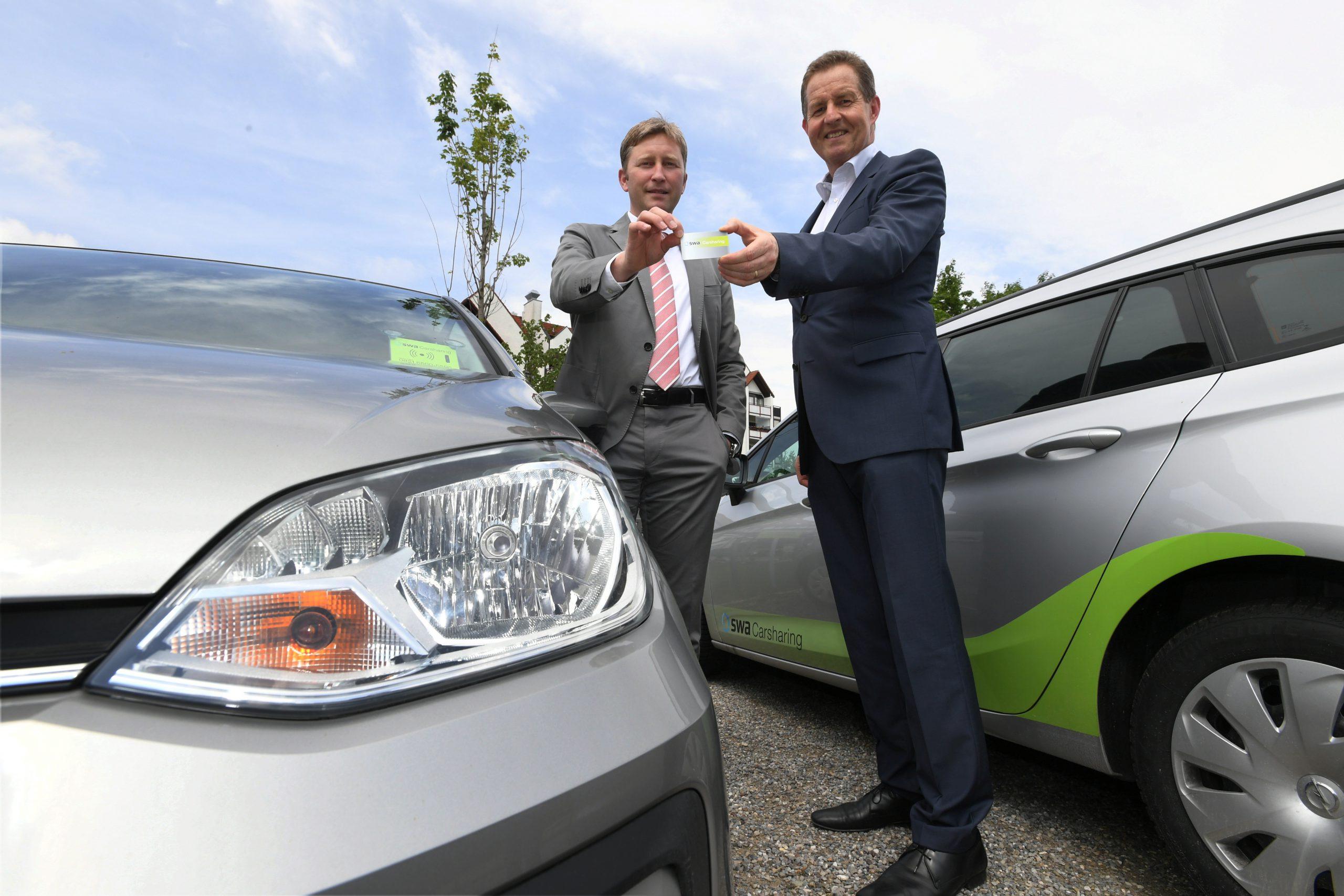 SWA Carsharing in Neusäß / 2 Autos für Carsharing  stehen am Volksfestplatz in Neusäß bereit. / im Bild v.l. Bürgermeister Richard Greiner und SWA - Chef Dr. Walter Casazza