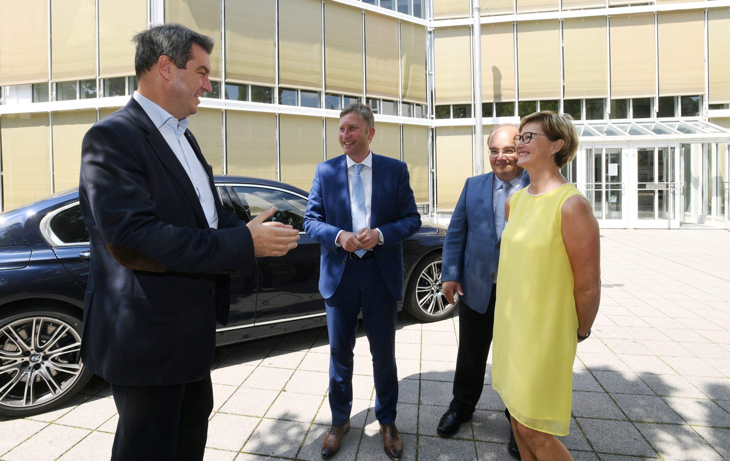 Ministerpräsident Markus Söder in Neusäß / Eintrag ins Goldene Buch / v.l.  Söder, Greiner, Metz und Uhl